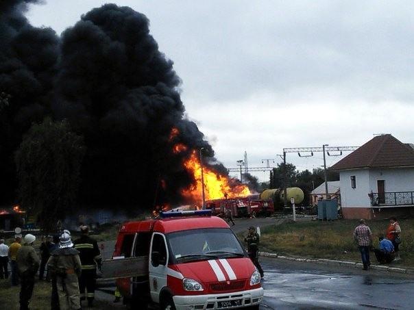 В Черкасской области сошли с рельсов и загорелись 11 цистерн с нефтепродуктами