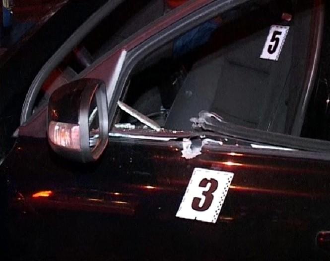 Опубликованы фото с места ночного расстрела такси в Киеве