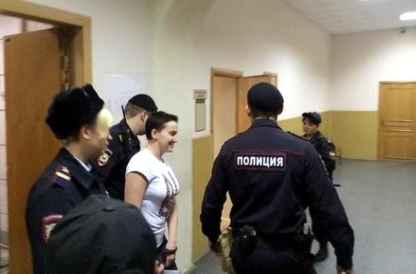 Савченко доставили в суд под конвоем с собакой