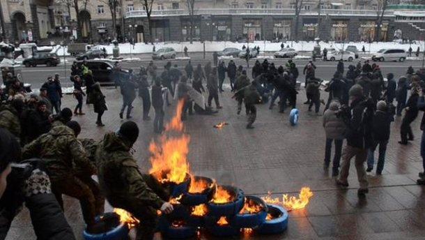 Милиция задержала четырех человек под КГГА за поджог шин