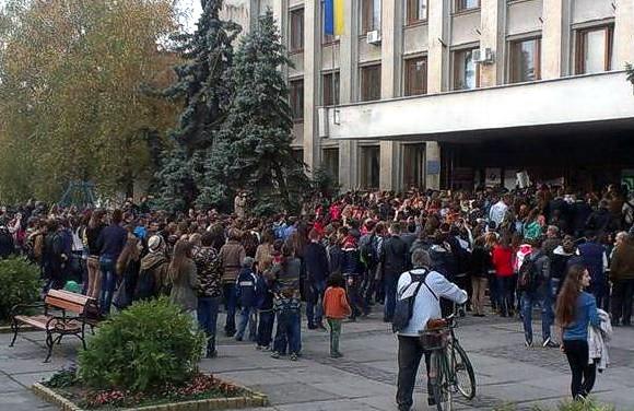 На Закарпатье школьники штурмовали горсовет из-за отмены осенних каникул
