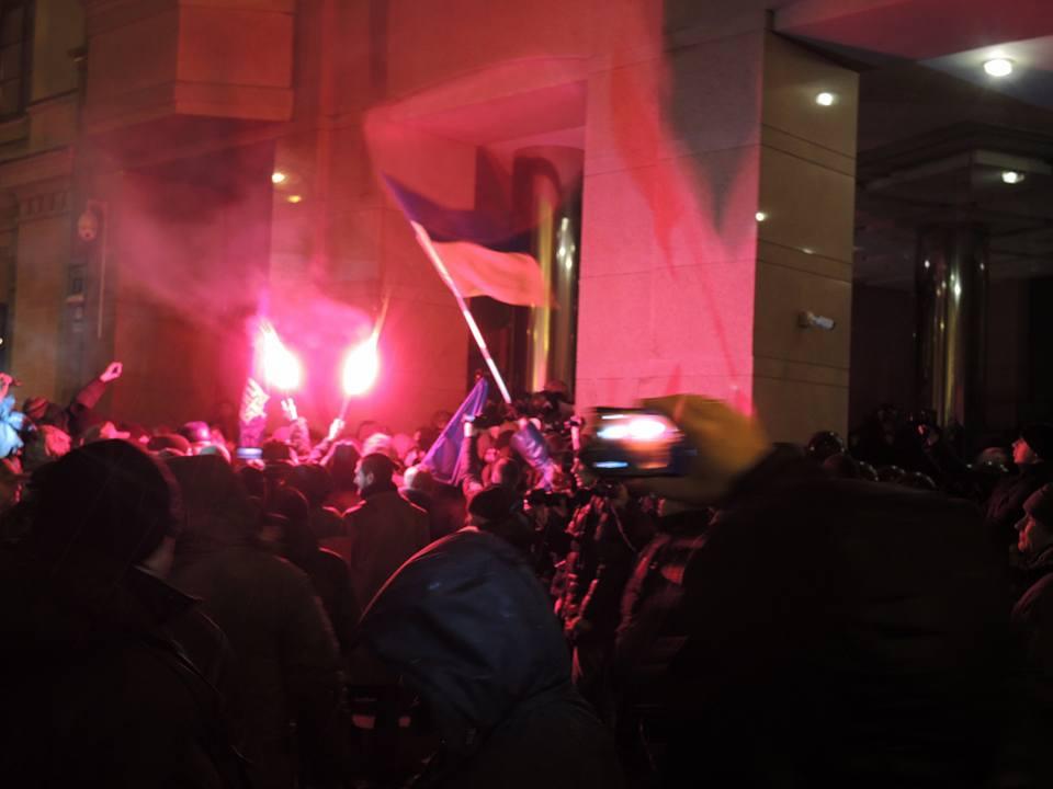 Активисты пытались взять штурмом офис компании Ахметова