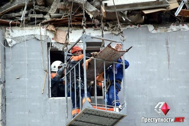 Спасатели достали из-под завалов дома в Николаеве выжившую женщину