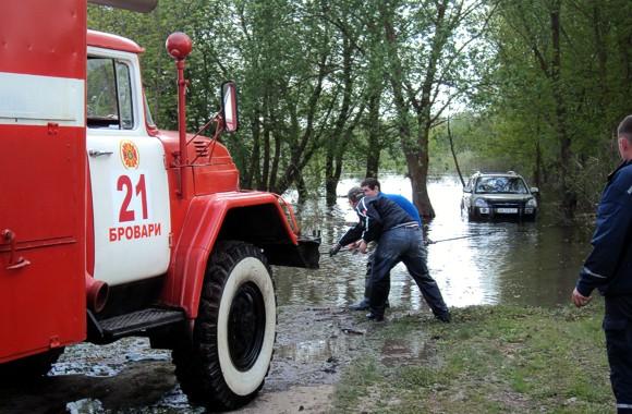 Поднявшаяся Десна заблокировала автомобили отдыхающих