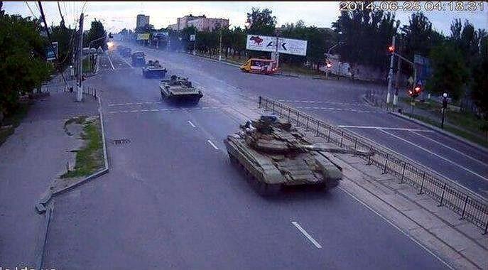 По Луганску прошла колонна броневой техники