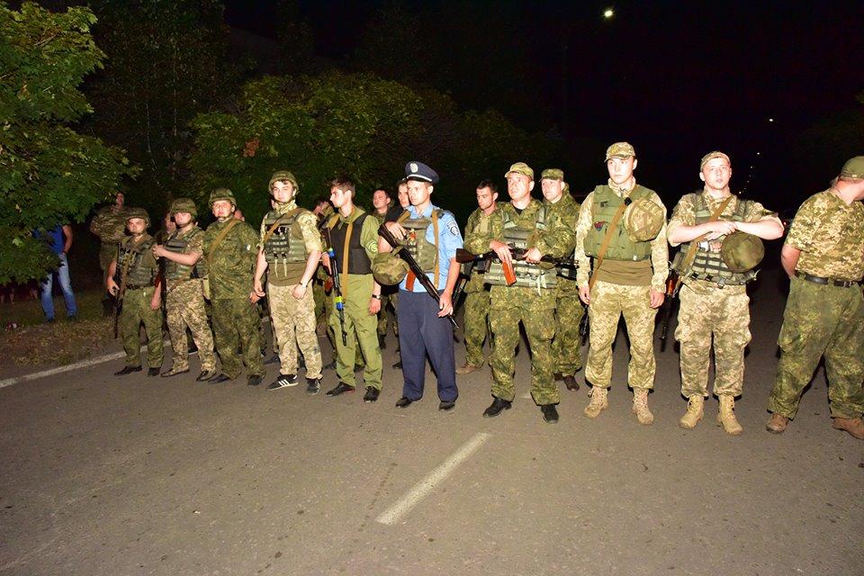 ВТорецке военные и милиция столкнулись сагрессивной толпой