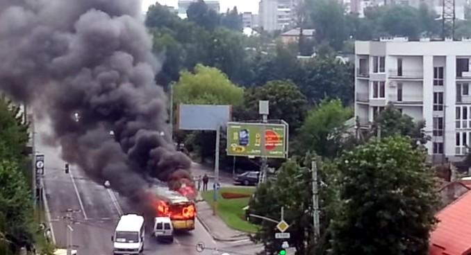 Во Львове троллейбус во время движения загорелся и врезался в дом