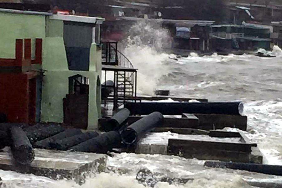 Шторм разнес конструкции Керченского моста