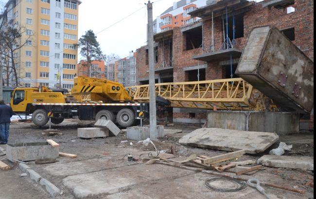 Под Киевом рухнул башенный кран: один погиб, двое пострадали