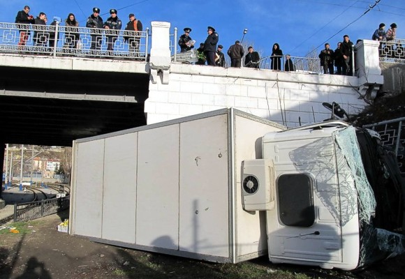 В Севастополе с железнодорожного моста упал грузовик