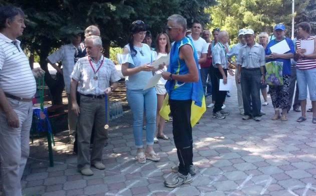 В завоеванной Кадиевке спортсмен развернул флаг Украинского государства ипорвал грамоту «ЛНР»