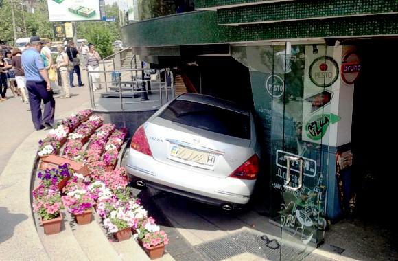 ДТП в Симферополе: иномарка «влетела» в пиццерию