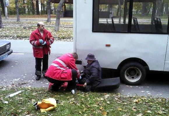 В Киеве из маршрутки на ходу выпала женщина