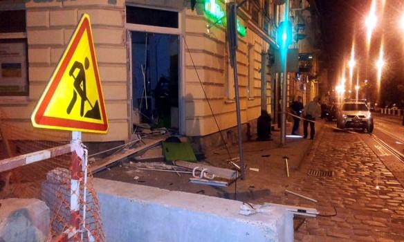 Во Львове ночью неизвестные взорвали банкомат