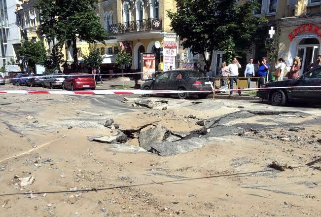 В центре Киева на проезжей части провалился асфальт, движение перекрыто