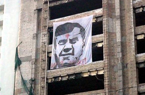 В центре Киева вывесили изображение Януковича с красной меткой во лбу