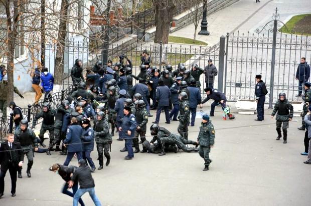 Неизвестные в масках пытались спилить забор у Администрации президента