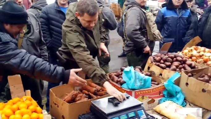 Захарченко проверил точность весов на донецком рынке с помощью пистолета