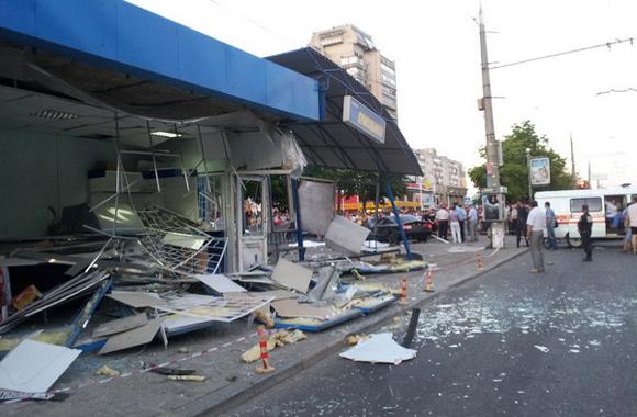 В Сумах пьяный водитель на Audi протаранил остановку: двое погибших, есть раненые