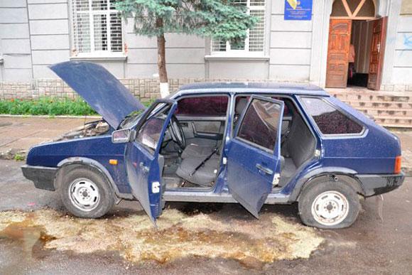 Появились фото взорванного милицейского автомобиля во Львове