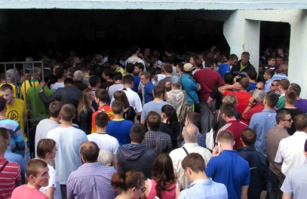В Полтаве футбольные болельщики штурмовали билетные кассы