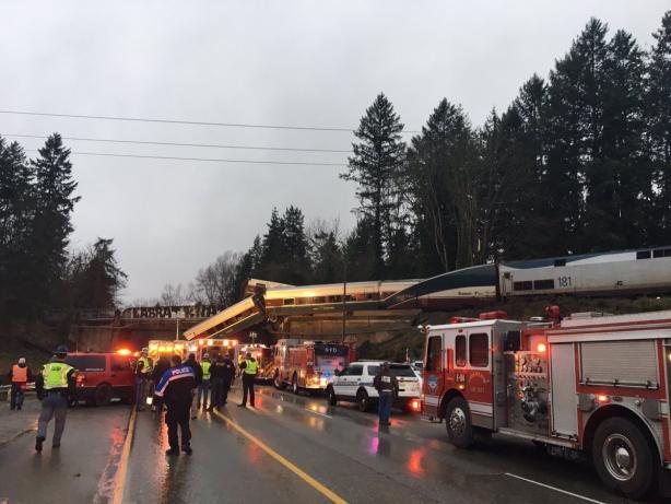 В итоге  падения поезда смоста вСША погибли шесть человек